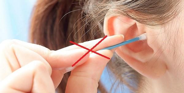 لا تستخدمي عصا القطن داخل الاذن فقد تؤدي إلى المزيد من الالتهاب أو دخول قطع الشمع داخل الآذن بل استخدميها خارجيا فقط