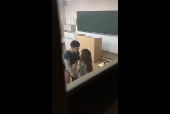 Clip: Học sinh xoạc luôn trong lớp học @@