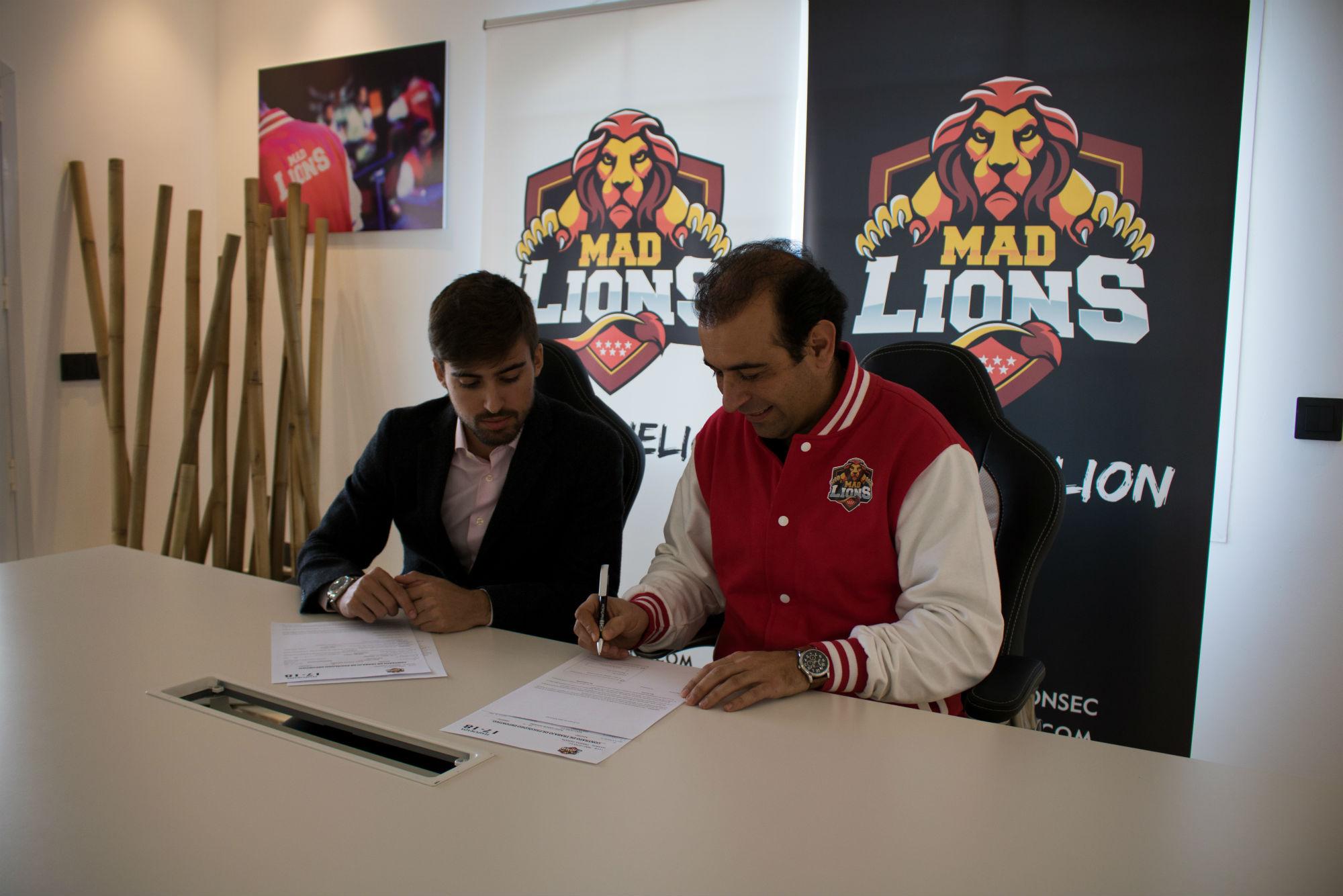 Alejo firmando por MAD Lions