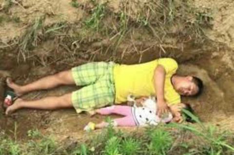 अपनी दो साल की जिंदा बेटी के लिए कब्र खोद रहा है यह पिता, मजबूरी जानकर आंखें नम हो जाएगी
