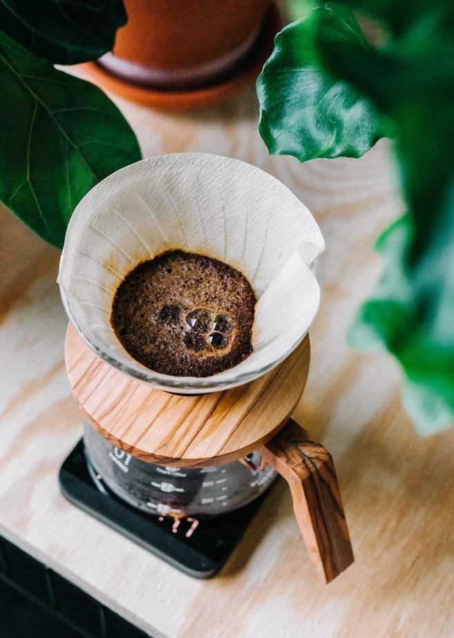 parzenie świeżej kawy w dripie