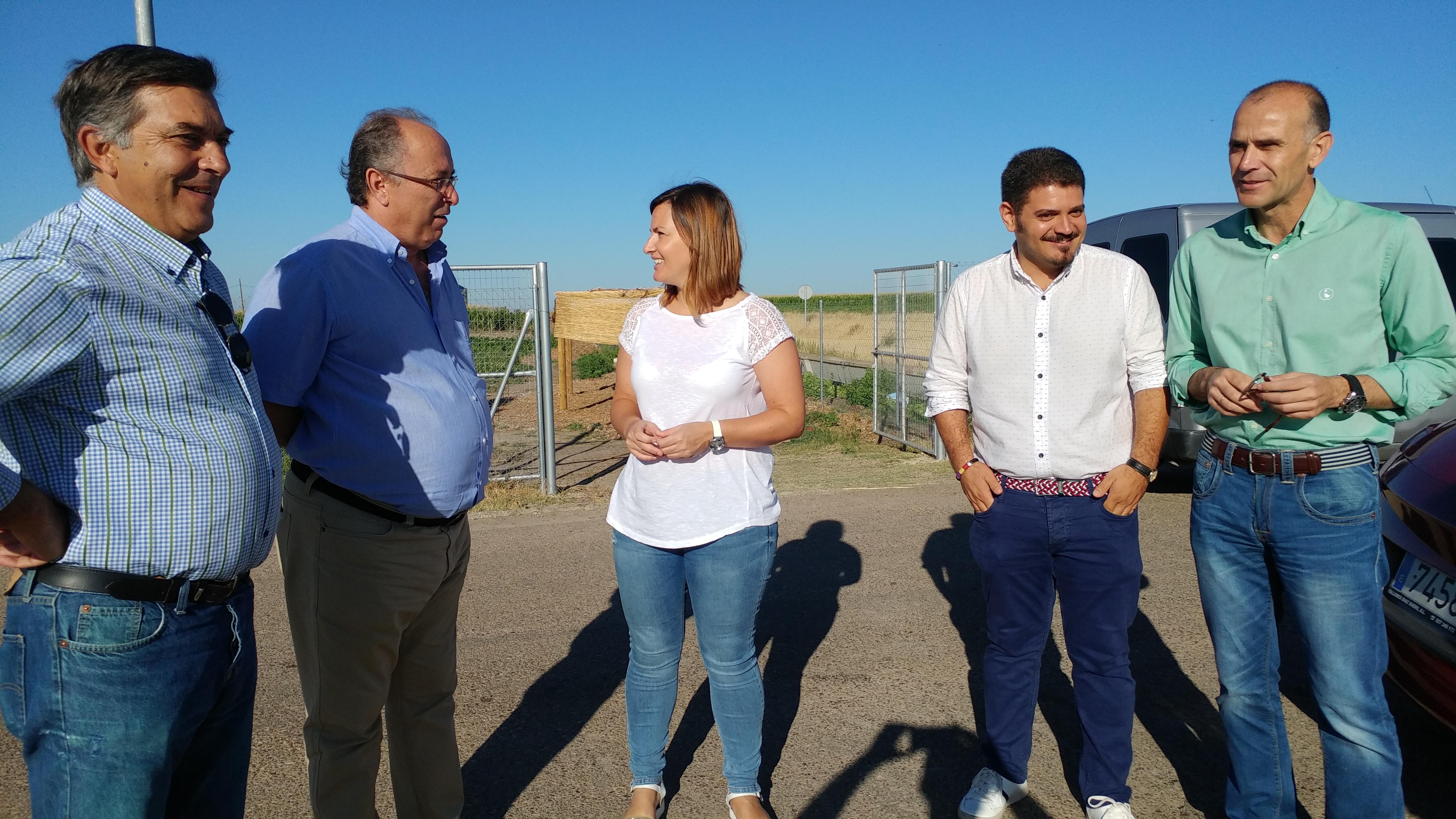 Monolo Mejías (derecha) y Sergio Diestro (a su izquierda) con la directora de la Escuela Profesional y con los empresarios ejecutores de las obras.