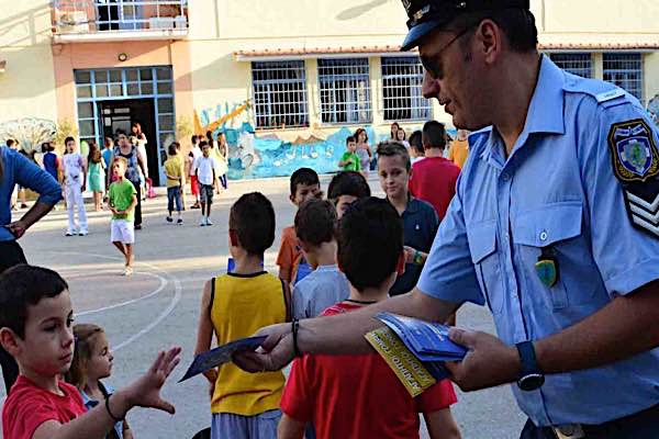 Ενημερωτικά φυλλάδια της Ελληνικής Αστυνομίας για την οδική ασφάλεια