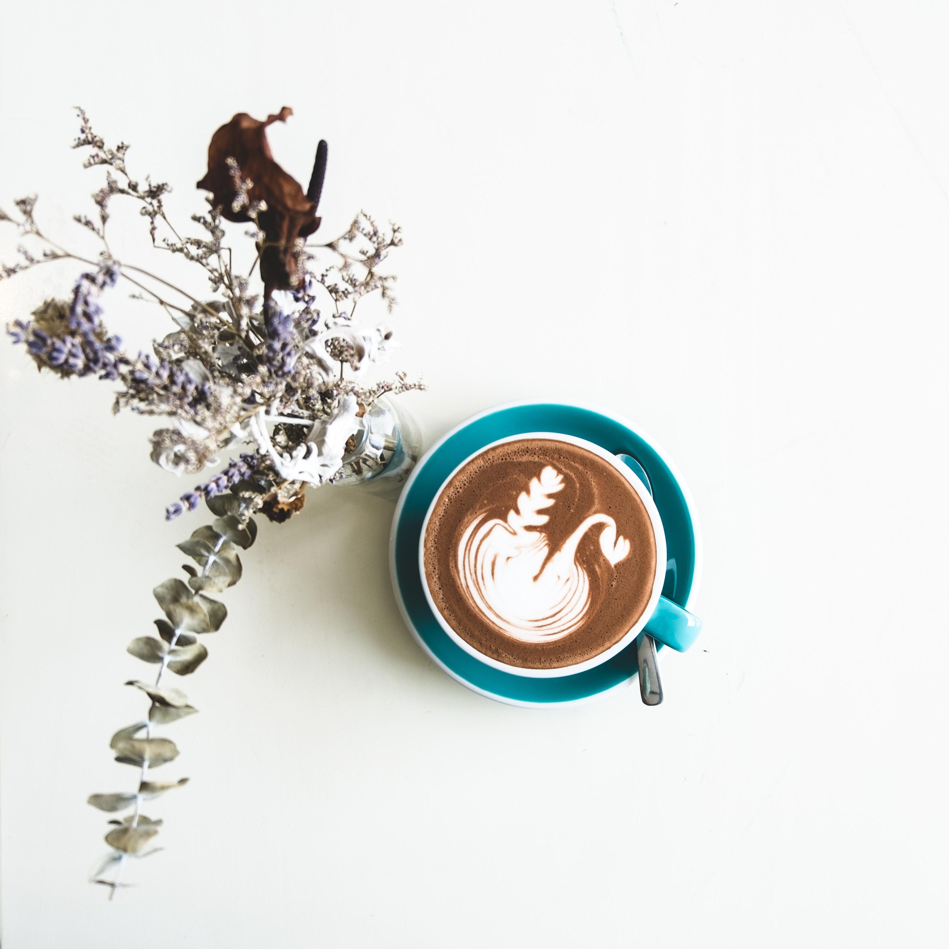 latte art, kawa z mlekiem