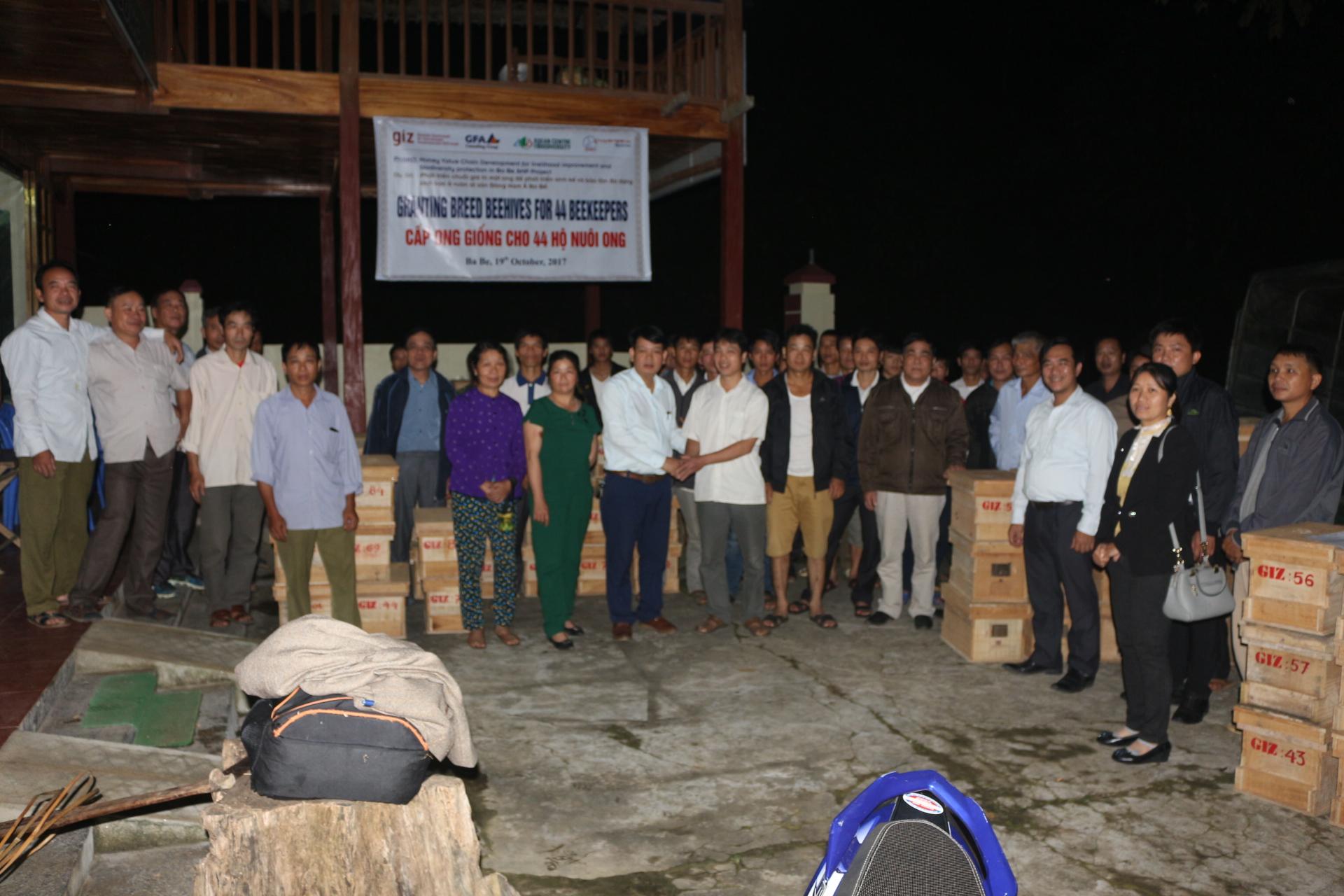 Ông Nguyễn Văn Hiểu Phụ trách dự án Giao ong cho 44 hộ