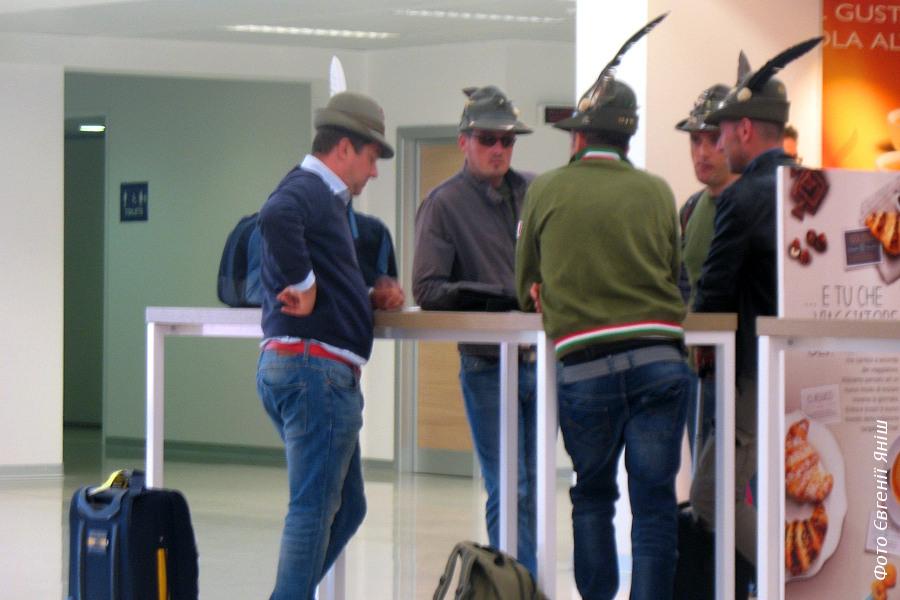 Мисливці в аеропорту Сардинії. Дуже хотілося познайомитися, але якось не наважилася :) От була б у мене з собою рушниця!